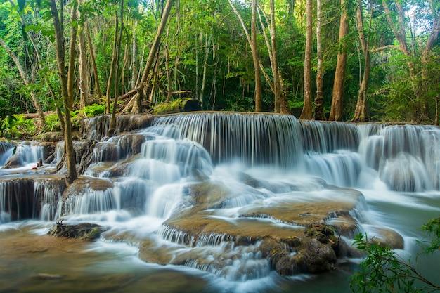 Cachoeira de huai mae khamin, kanchanaburi, tailândia