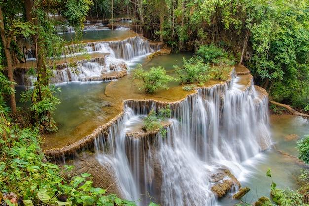 Cachoeira de huai mae khamin na floresta profunda, tailândia