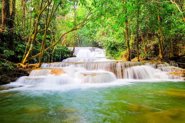 Cachoeira de huai mae khamin na temporada de inverno, kanchanaburi, tailândia