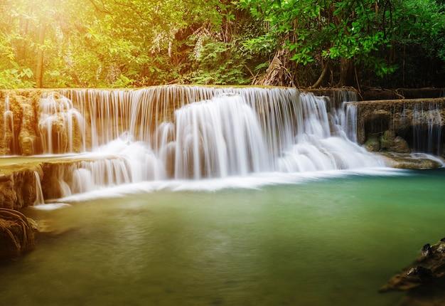 Cachoeira de huay mae kamin no parque nacional de khuean srinagarindra, kanchanaburi, tailândia