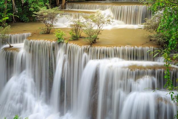 Cachoeira de huay mae kamin no parque nacional de khuean srinagarindra.