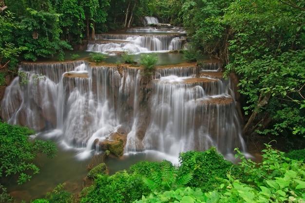Cachoeira de huay mae khamin forth level, cachoeira na floresta tropical de thail