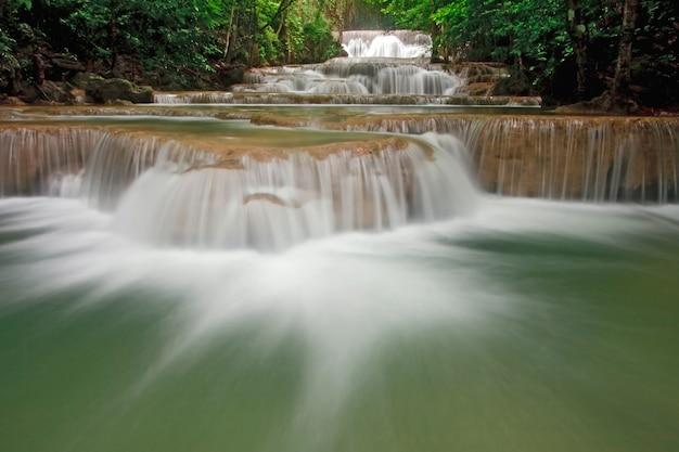 Cachoeira de huay mae khamin primeiro nível, cachoeira do paraíso na floresta tropical de thail