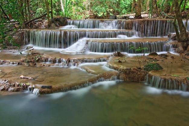 Cachoeira de huay mae khamin sexto nível, cachoeira do paraíso na floresta tropical de thail