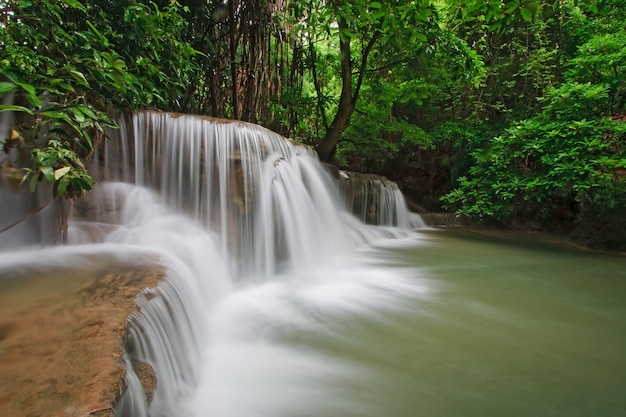Cachoeira de huay mae khamin terceiro nível, cachoeira do paraíso na floresta tropical de thail