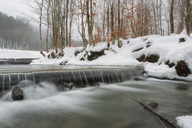 Cachoeira de inverno fotografada por longa exposição