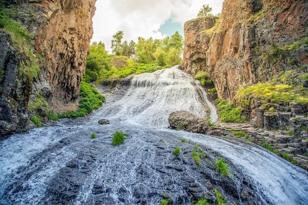 Cachoeira de jermuk no rio arpa na armênia