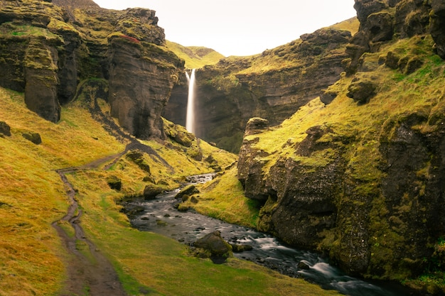 Cachoeira de kvernufoss no sul da islândia.