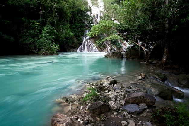 Cachoeira de lapopu na ilha de sumba, indonésia