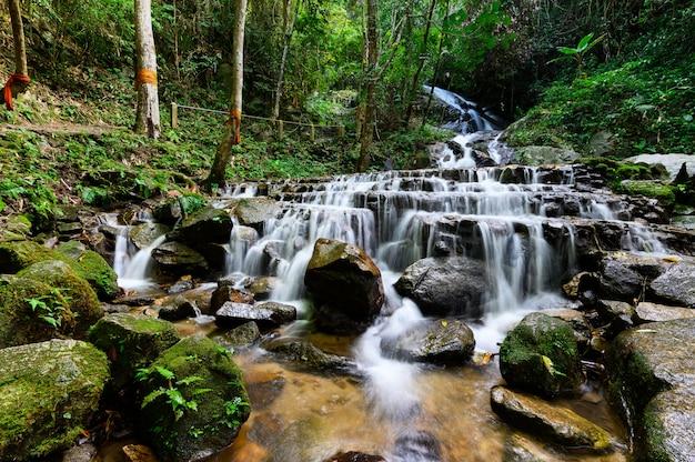 Cachoeira de mae kam pong na vila de mae kam pong, chiang mai, tailândia