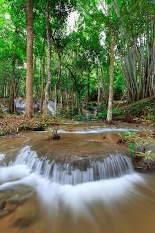 Cachoeira de pha-tad em kanchanaburi, tailândia