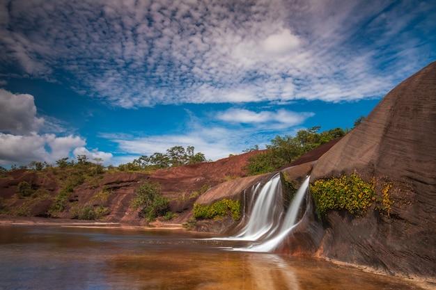 Cachoeira de phu tham phra, cachoeira bonita na província de bung-kan, tailândia.