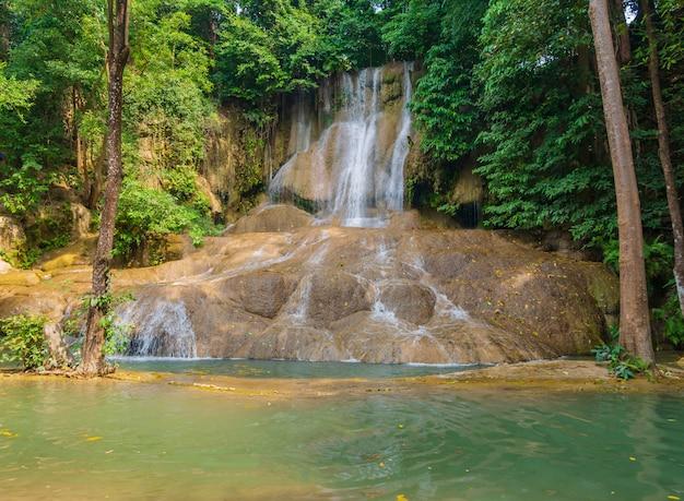 Cachoeira de sai yok na floresta em kanchanaburi, tailândia.