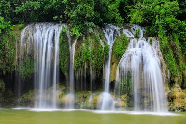 Cachoeira de sai yok, waterwall bonito no nationalpark da província de kanchanaburi, thailand.