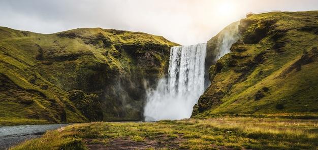 Cachoeira de skogafoss na islândia no verão.