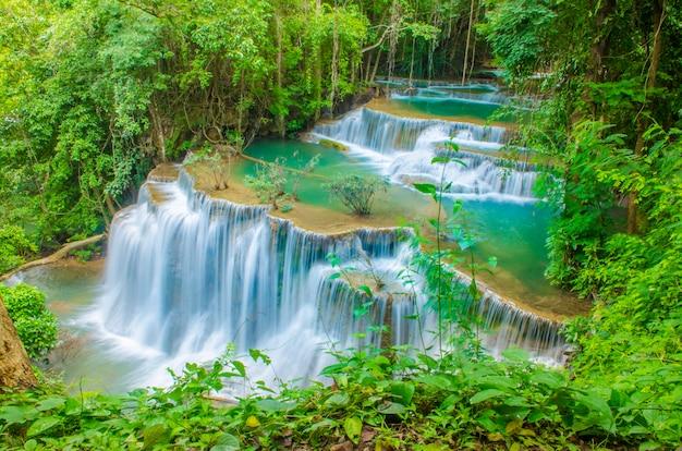 Cachoeira de tailândia em kanjanaburi (huay mae kamin)