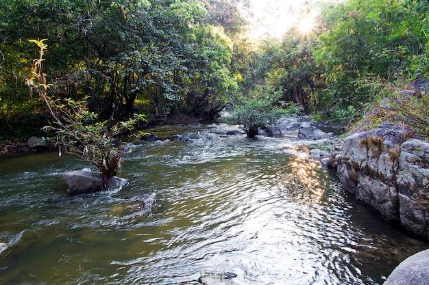 Cachoeira de wang kwaai (khway) peuak em omkoi, chiang mai, tailândia.