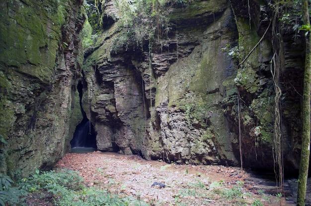 Cachoeira dentro de um canyon em santa catarina, brasil