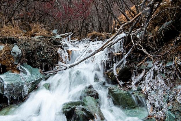 Cachoeira do gelo na reserva natural de yading, china