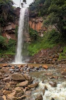 Cachoeira e rio que corre no brasil
