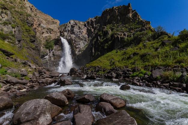 Cachoeira em altay montanhas. bela natureza paisagem. distinção turística popular.