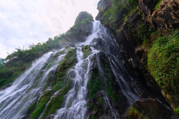Cachoeira em annapurna circuit trek, himalaia, nepal