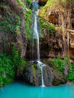 Cachoeira em desfiladeiro de montanha