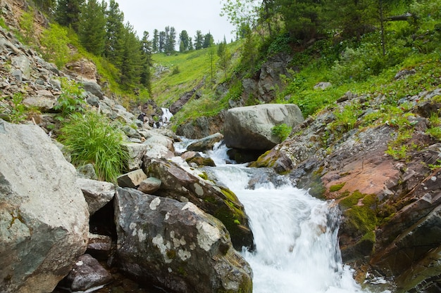 Cachoeira em montanhas rochosas