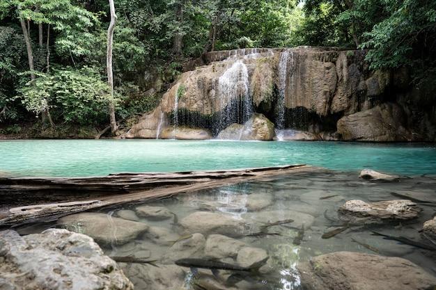 Cachoeira erawan no parque nacional, kanchanaburi, tailândia.