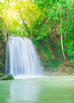Cachoeira erawan, parque nacional erawan em kanchanaburi na tailândia