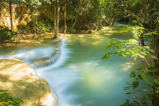 Cachoeira exótica linda floresta tropical profunda cachoeiras turquesa frescas na floresta profunda