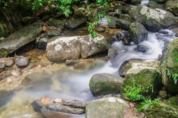 Cachoeira flui através das rochas.