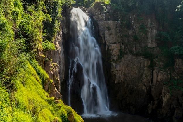 Cachoeira haew narok no parque nacional de khao yai, tailândia