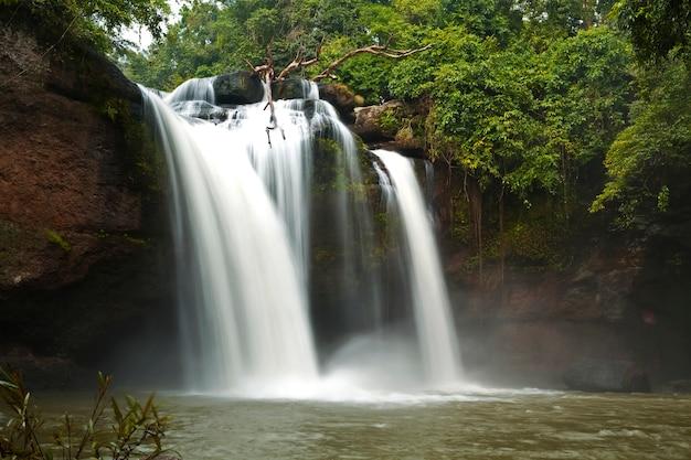 Cachoeira haewsuwat em parques nacionais, khao yai, nakhon ratchasima, tailândia
