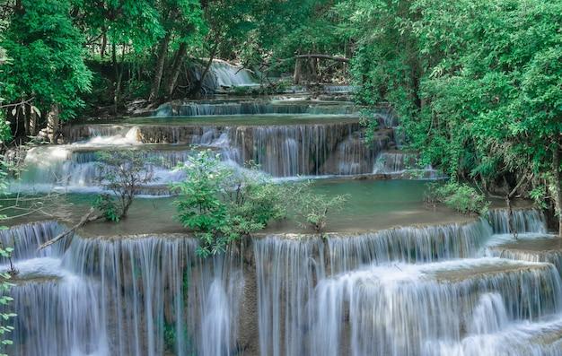 Cachoeira huai mae khamin em kanchanaburi, na tailândia