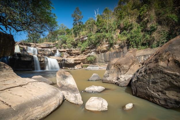 Cachoeira kaeng sopha com céu azul, phitsanulok - tailândia.