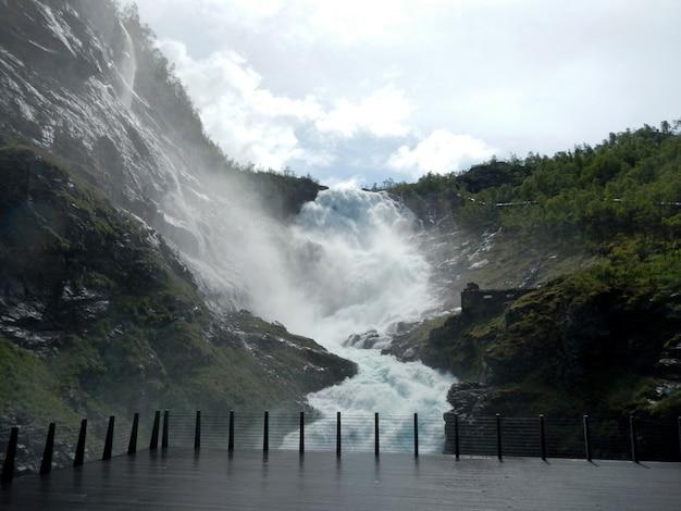 Cachoeira kjosfossen ao longo de flamsbana, a ferrovia flam, noruega