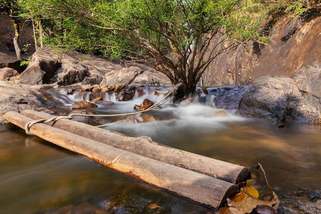 Cachoeira klong plu koh chang, trat, tailândia por feriados.