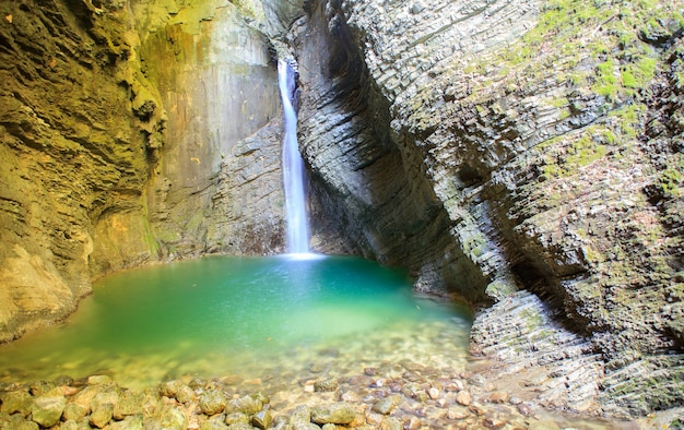 Cachoeira kozjak, kobarid, alpes julianos na eslovênia