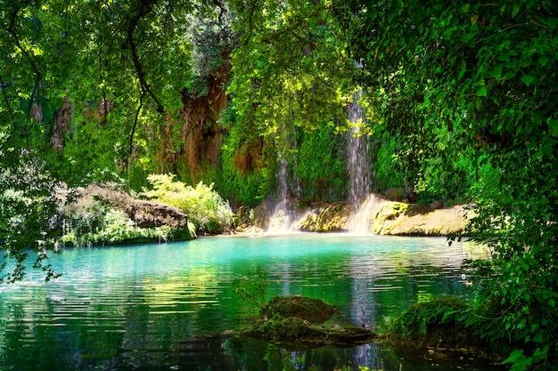 Cachoeira kursunlu em parque natural
