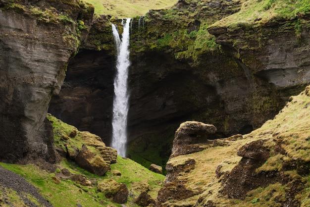 Cachoeira kvernufoss em um desfiladeiro de montanha. a incrível natureza da islândia