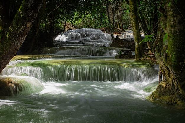 Cachoeira mae kae é a cachoeira que se localiza na área do parque nacional de ngao, província de lampang, tailândia
