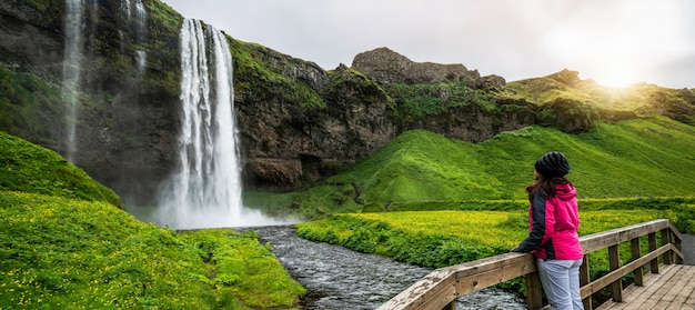 Cachoeira mágica de seljalandsfoss na islândia.