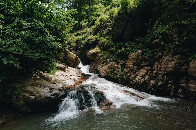 Cachoeira majestosa nas montanhas da rússia.