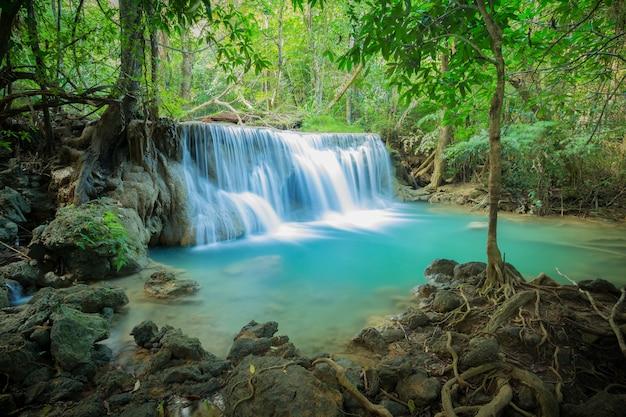 Cachoeira na floresta no parque nacional da cachoeira de huay mae kamin, tailândia