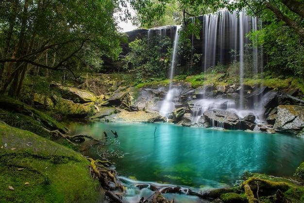 Cachoeira na floresta no parque nacional do phukradung na província de loei tailândia