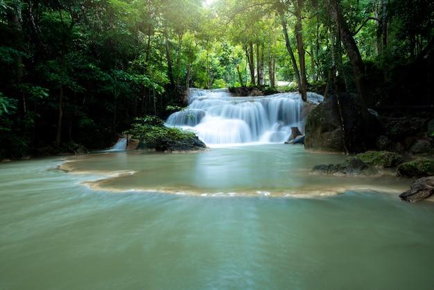 Cachoeira na floresta tropical no parque nacional da tailândia