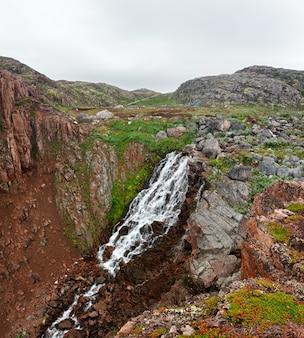 Cachoeira na montanha tundra, península de kola, rússia