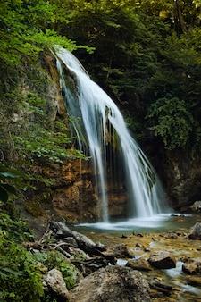 Cachoeira nas montanhas da crimeia