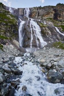 Cachoeira nas montanhas do cáucaso, derretendo o cume da geleira arkhyz, cachoeiras de sofia. belas altas montanhas da rússia, o rio de água gelada pura. verão nas montanhas, caminhada